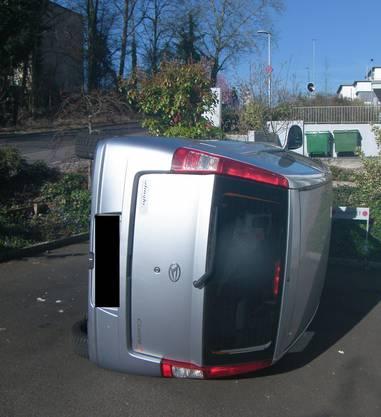 Zwei Kleinwagen wurden von Unbekannten mutwillig umgekippt.
