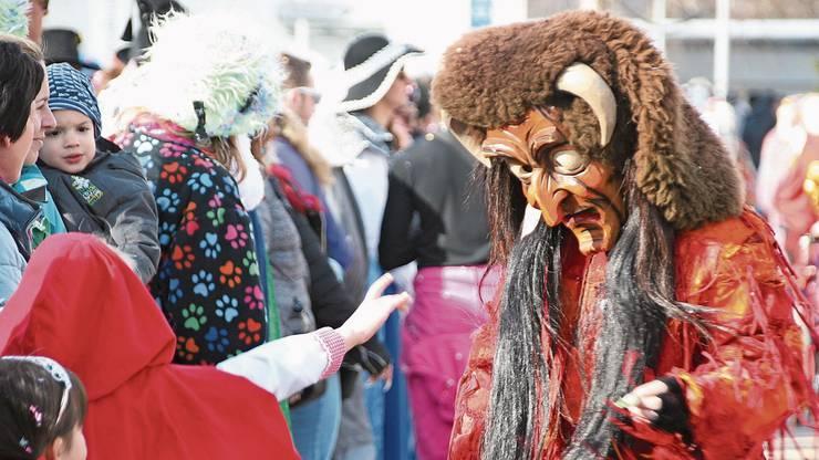 Erst ein Fasnachtsspruch, dann gibt es Süsses von der Chellenhexe und dem Düfel. Die Paradiesvögel aus Grunholz setzen bunte Akzente. Die Tambouren der Fasnachtszunft Ryburg gehen dem Fasnachtsumzug voraus. Die bizarren Masken der Hotzenblitz Zunft Görwihl versetzen das Publikum in Fasnachtsstimmung. Die Masken der Hölle-Schmorer aus Maulburg sind zwar schaurig schön, aber können furchteinflössend wirken. Bunte und freche Teufel sind mit der Öflinger Narrenzunft an das internationale Narrentreffen nach Möhlin gekommen.