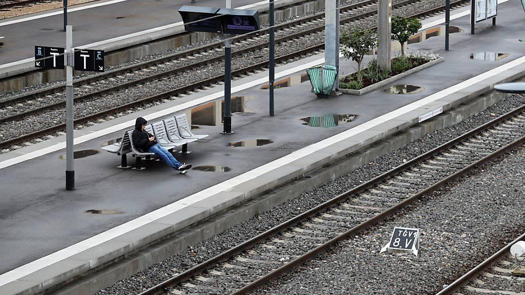 Leere Gleise am Bahnhof in Nizza: Frankreichs Bahnangestellte streiken wieder. (Archiv)