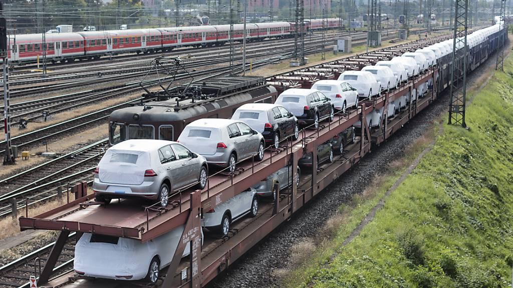Neuwagen der Marke Volkswagen beim Badischen Bahnhof der Deutschen Bahn Richtung Basel. (Archivbild)