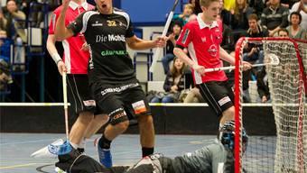 Lukas Schneeberger von Olten-Zofingen jubelt. ULAs Goalie Michael Niklaus und dessen TeamkollegenDominik Lanz (rechts) und Manuel Roth sind geschlagen.