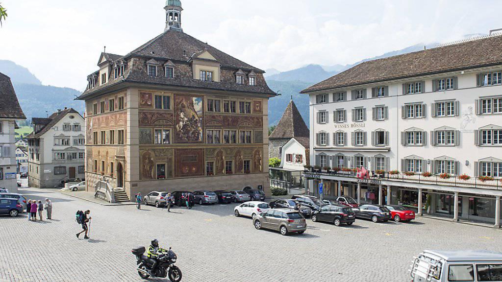 Im Rathaus zu Schwyz befindet sich der Gerichtssaal, in dem sich eine Frau wegen einer Beil-Attacke in ihrem Kosmetik-Salon verantworten musste. (Archivbild)