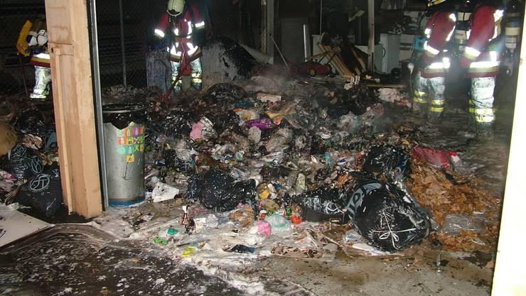 Ein Abfallhaufen beim Cardinal-Gebäude in Rheinfelden fing Feuer.
