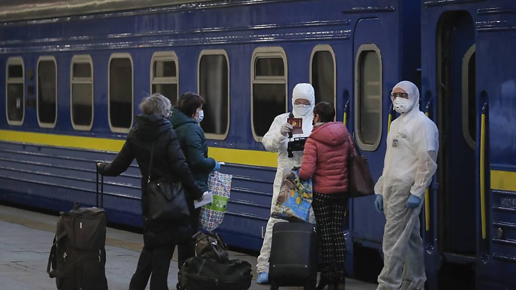 Angst vor Corona-Pandemie: Einkaufszentren und Parks in Moskau zu