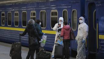 Mit Spezialzug zurückgeholt: Gesundheitspersonal überprüft in Kiew in der Ukraine gestrandete Russen vor der Rückkehr in die Heimat.