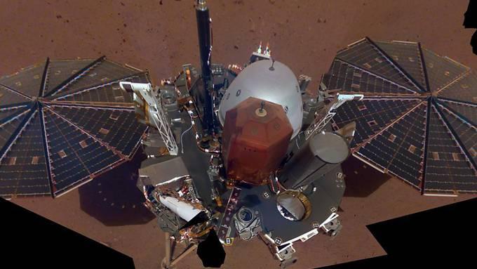 Die Mars-Sonde InSight hat ihr erstes Selfie vom Mars geschickt.