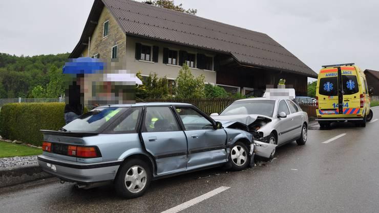 Bei einer Frontalkollision zwischen zwei Personenwagen in Walterswil SO am Freitag wurden beide Lenker verletzt.