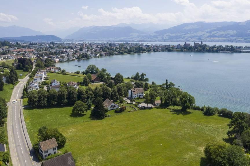Blick auf das rund 16'000 Quadratmeter grosse Grundstück von Tennisspieler Roger Federer in Rapperswil-Jona. Wann mit dem Bau der Villa mit Tennisplatz begonnen wird, ist noch unklar.