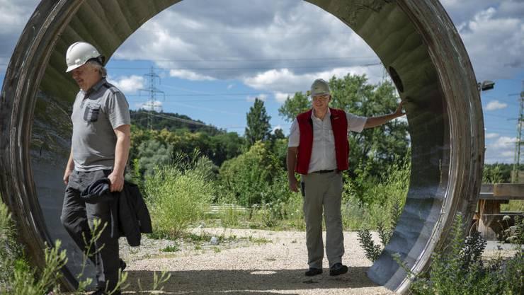 Die Erlösung: Kraftwerksleiter Mike Dost (links) und Projektleiter Roland Schmidiger im Nachbau des Druckbehälterrings, mit dem die Betriebssicherheit des AKW Beznau nachgewiesen wurde.
