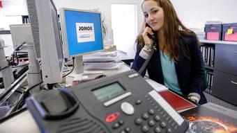 Die Laupersdörferin Tamara Meier telefoniert am Arbeitsplatz.