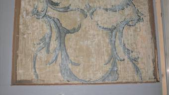 Unter der Decke kam beim Umbau plötzlich diese blaue Ziermalerei auf Holz zum Vorschein.