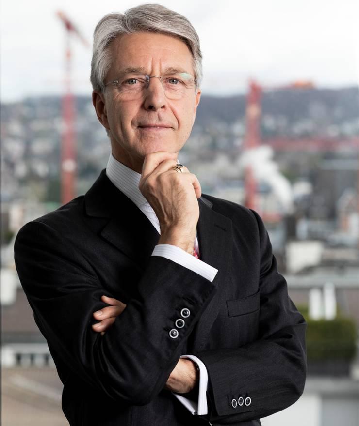 Herbert J. Scheidt ist seit 2017 Präsident der Präsident der Schweizerischen Bankiervereinigung, die die Interessen von 253 Banken in der Schweiz vertritt. Der deutsch-schweizerische Doppelbürger blickt auf eine lange Karriere bei der Bank Vontobel zurück: Zwischen 2002 und 2011 war er CEO der Zürcher Privatbank. Seit 2011 präsidiert er den Verwaltungsrat. Weiter ist Scheidt Mitglied des Verwaltungsrats der SIX Group und des Versicherers Helvetia sowie Vizepräsident des Lebensmittelkonzers Hero AG.