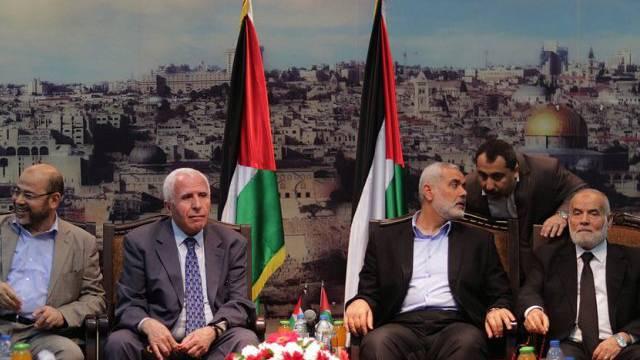 Vertreter der Hamas und Fatah bei ihrem Treffen in Gaza am Dienstag