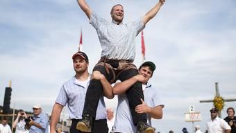Andreas Ulrich lässt sich nach dem Sieg auf der Rigi feiern
