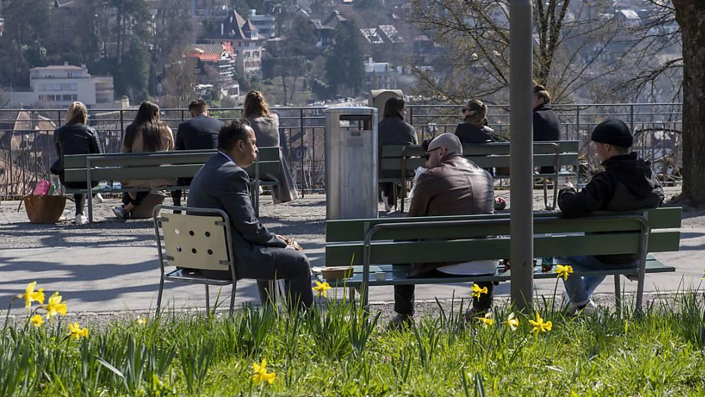 In der Coronakrise verbietet der Bundesrat Gruppen mit mehr als fünf Personen (Symbolbild).
