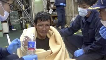 HANDOUT - Ein Besatzungsmitglied eines panamaischen Frachtschiffes trinkt nach seiner Rettung eine Flasche Wasser. Der Mann wurde nach einem Frachterunglück aus dem Ostchinesischen Meer gerettet. Foto: Uncredited/The 10th Regional Japan Coast Guard Headquarters/AP/dpa - ACHTUNG: Nur zur redaktionellen Verwendung im Zusammenhang mit der aktuellen Berichterstattung und nur mit vollständiger Nennung des vorstehenden Credits