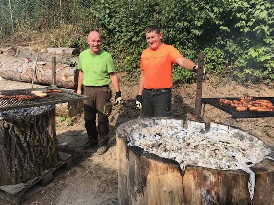 Johann und Lukas am Grill