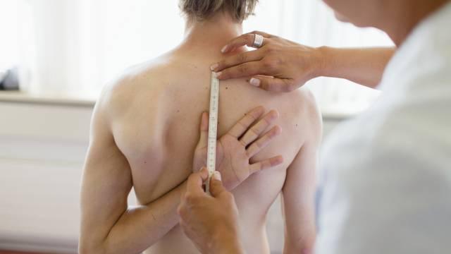 Ein Stellungspflichtiger wird einem Gesundheitstest unterzogen