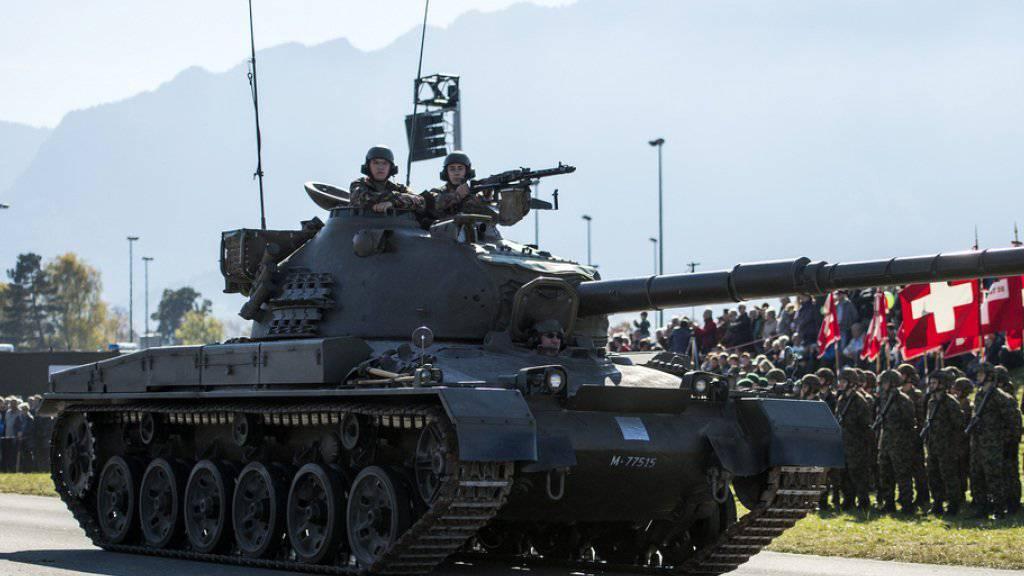 Zu den Höhepunkten der Armeeschau in Thun zählten die beiden Défilés mit über 100 Panzern.