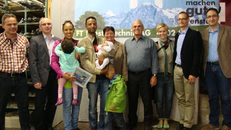 v.l.: Rolf Beck (techn. Verkauf); Rolf Heller (Geschäftsinhaber); Familie Fisehaye (3. Preis); Familie Grimm (2. Preis); Familie Müller (1. Preis); Philippe Pacitto (Leiter Küchenbau Wangen).