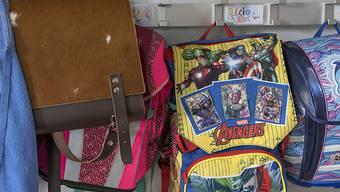 Die Gänge und Garderoben in den Schulhäusern sind bald wieder belebt. Am Montag gehen in zwölf Kantonen die Sommerferien zu Ende.