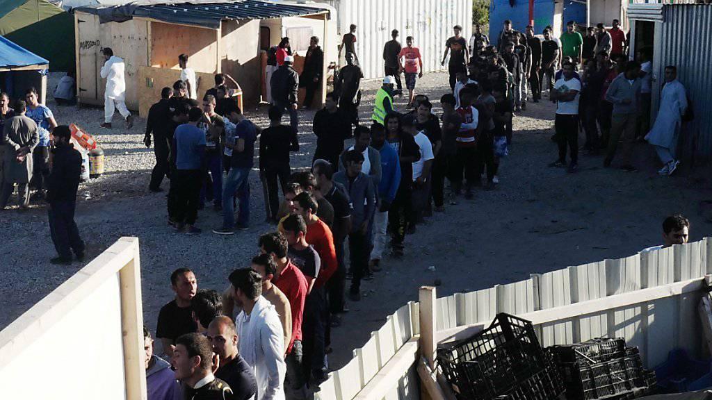 Flüchtlinge in Calais warten auf Essen: Frankreich will das Lager räumen. (Archivbild)