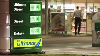 Symbolbild: Ein unbekannter Mann hat am späten Sonntagabend einen BP-Tankstellenshop in Wettingen überfallen.