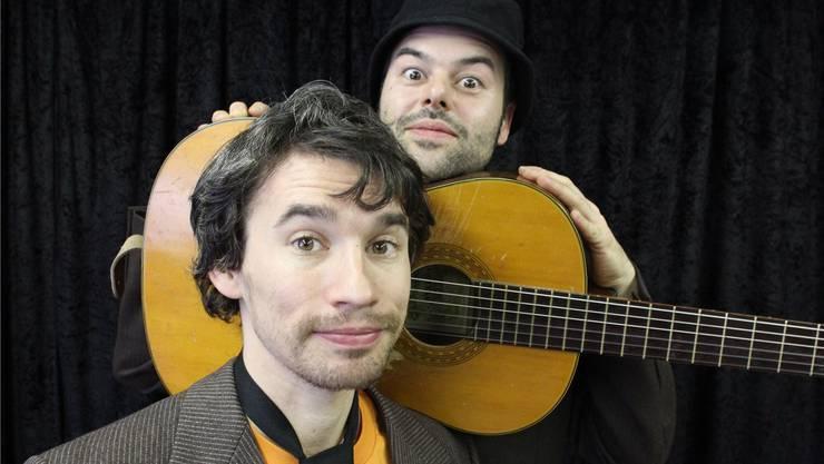 Ein eingespieltes Duo: «derundder» oder Ivo E. Roesch (vorne) und Simon de Roche (mit Gitarre).