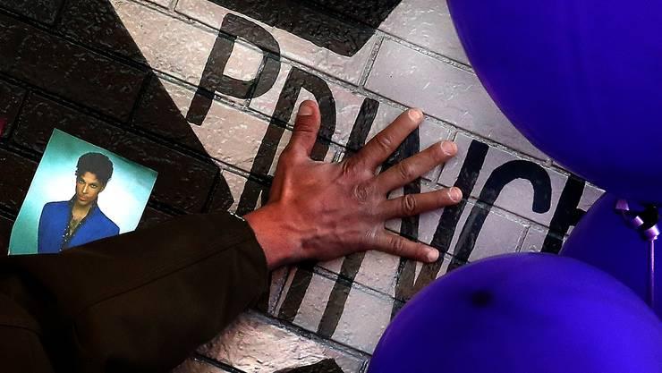 Ein Fan berührt den Schriftzug Prince an der First Avenue in Minneapolis, wo der Popstar oft auftrat.