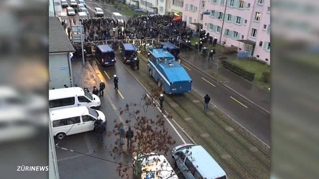 Krawall und Polizei-Kessel an Derby