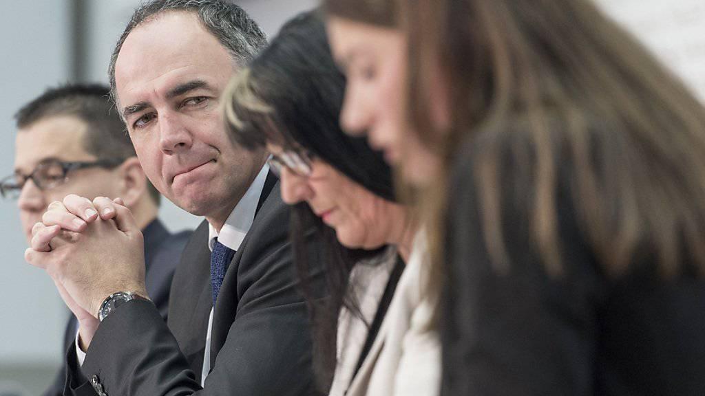 Vertreter von CVP, SVP und EVP werben gemeinsam für die Initiative zur Abschaffung der Heiratsstrafe.