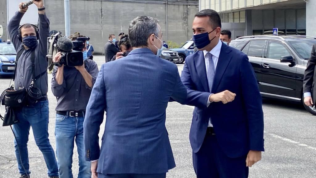 Der Schweizer Aussenminister Ignazio Cassis und sein italienischer Amtskollege Luigi Di Maio begrüssen sich unweit der Grenze bei Chiasso TI mit den Ellbogen.