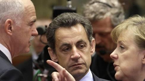 Giorgos Papandreou (links) wird von Nicolas Sarkozy (Mitte) und Angela Merkel ins Gebet genommen (Archiv)