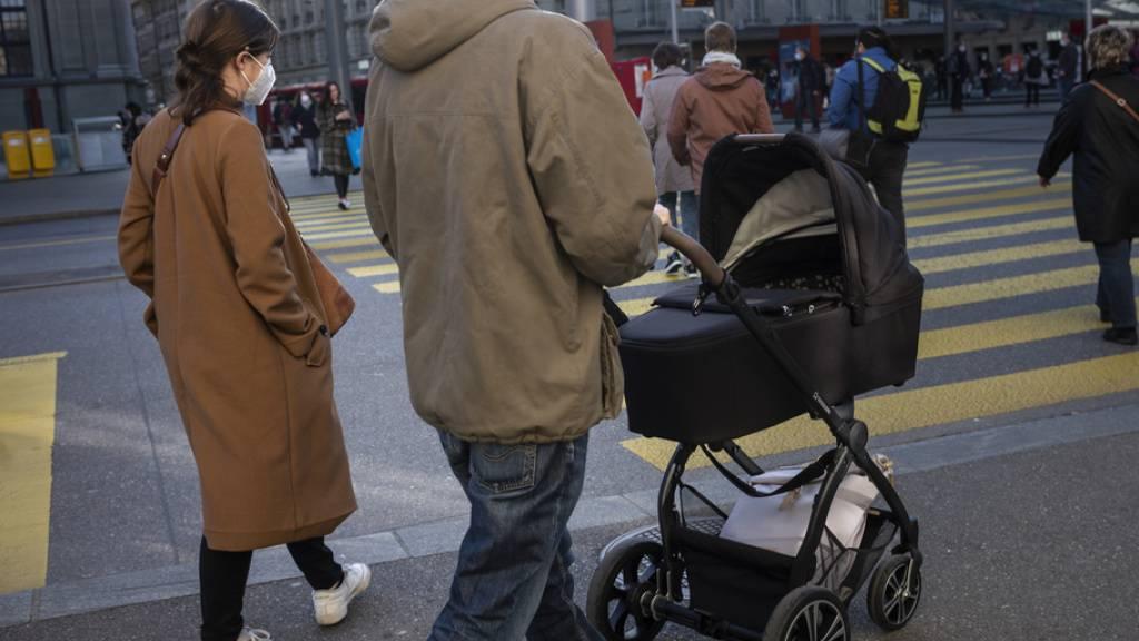 In dieser Familie ist der Vater mit einer statistischen Wahrscheinlichkeit von 53 Prozent der Hauptverdiener, während die Mutter Teilzeit arbeitet (Archivbild)