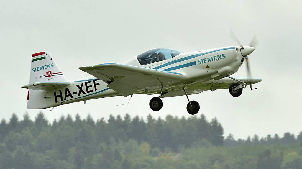 Auch für die Piloten von Kleinflugzeugen gilt künftig im kontrollierten Luftraum Englisch als Standardsprache. (Archivbild)