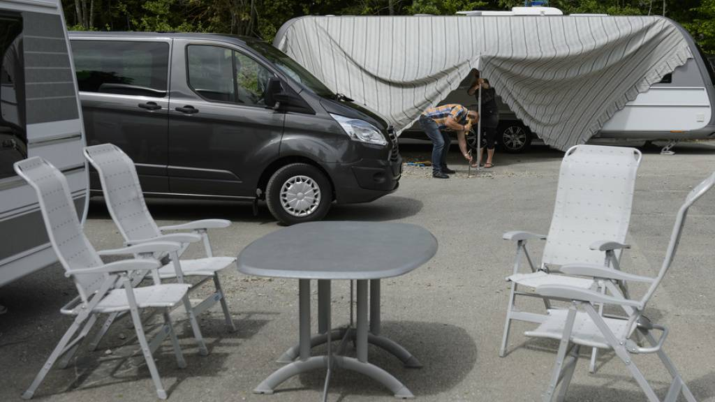 In Sachen Halteplatz für Fahrende hat der Kanton Neuenburg in der Zwischenzeit eine Zwischenlösung an einem anderen Standort gefunden. (Symbolbild)