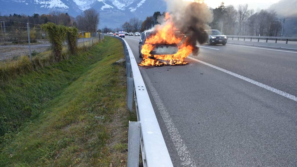 Auto eines Angetrunkenen brennt komplett aus