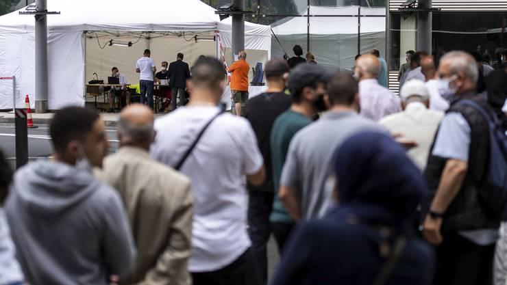 Reisende warten auf einen Coronatest am Flughafen Köln: In Deutschland steigen die Coronazahlen wieder.