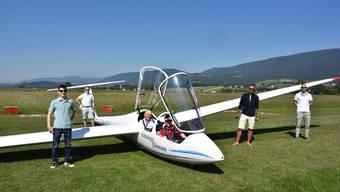 Die Segelflugschulung hat auch wieder begonnen. Hier eine Klasse mit vier Schülern, dem Fluglehrer und dem Schlepppiloten.