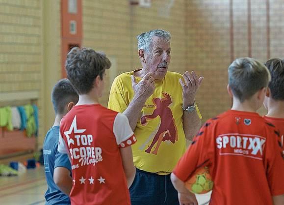 Wenn das 80-jährige Handball-Urgestein Toni Lisibach spricht, hören die Jungen interessiert zu.