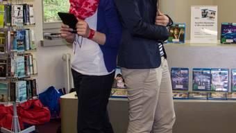Die Bibliothekarinnen Sharon Alt (l.) und Charlotte Frauchiger mit iPad und E-Reader. verena schmidtke