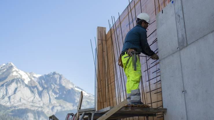Die aktuelle Hochsaison in der Bauwirtschaft hellt das Bild auf dem Arbeitsmarkt deutlich auf.