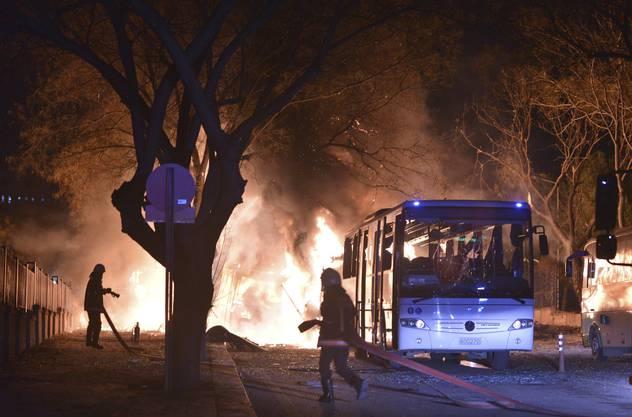 Busse stehen in Flammen.