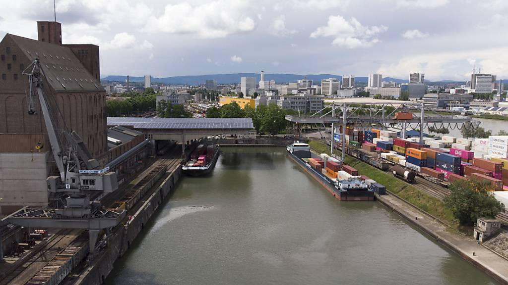 Der Rheinhafen in Basel soll ausgebaut werden. Der Souverän hat für ein neues Hafenbecken 115 Millionen Franken bewilligt.