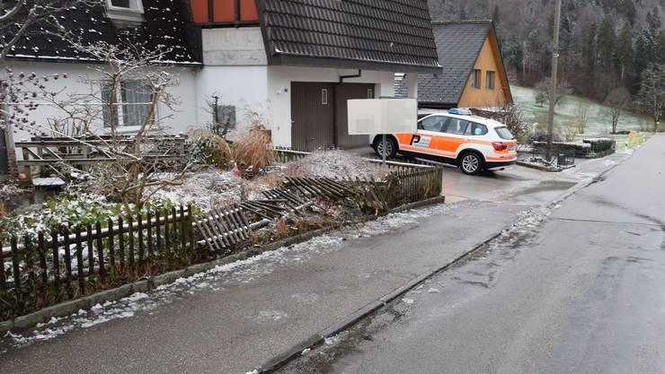 An der Grellingerstrasse kollidierte ein Fahrzeug mit einem Gartenzaun.