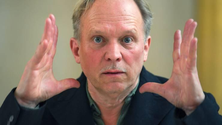 """Der Schauspieler, Musiker und Autor Ulrich Tukur kämpft seit Dreharbeiten in der Normandie mit einem Tinnitus: """"Seitdem brummt mein Kopf, als wäre er ein Radioröhrenapparat."""" (Archivbild)"""