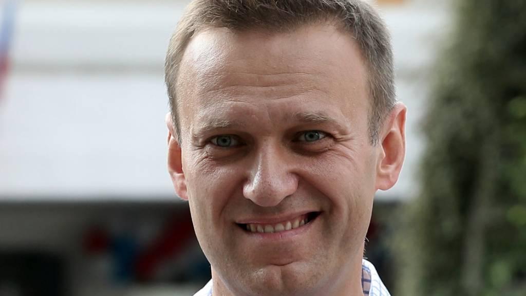 ARCHIV - Alexej Nawalny lächelt, nachdem er seine Stimme bei der Stadtratswahl in Moskau  abgegeben habt.Die EU wird nach dem Giftanschlag auf den Kreml-Kritiker Alexej Nawalny sechs Personen und eine Organisation aus Russland mit Sanktionen belegen. Foto: Andrew Lubimov/AP/dpa