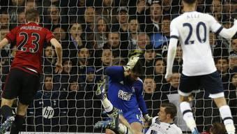 West Broms Craig Dawson (am Boden) erzielt mit einem Eigentor die Führung für Tottenham