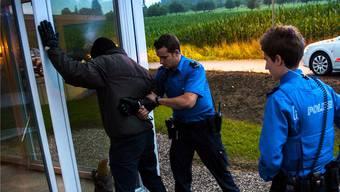 Plizisten erwischen einen Einbrecher in flagranti. (Symbolbild)