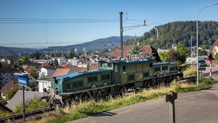 Das Krokodil Ce 6/8 III 14305 passiert die Station Trimbach